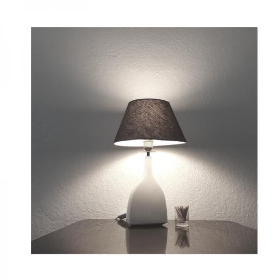 Lampe scheint Licht weiße leere Wand