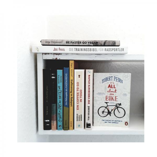 Bücherregal mit Büchern zum Fahrradfahren