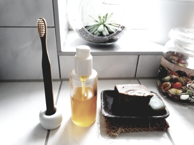 Zahnbürste-aus-Bambus-Öl-Olivenölseife-Bad-Zero-Waste-Minimalismus